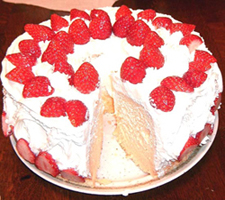Chiffon cake with strawberries